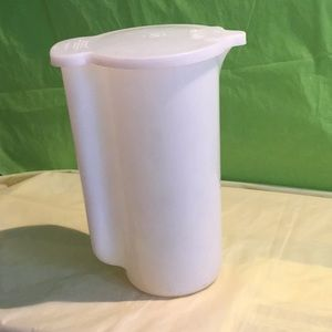 Tupperware 2 Qt Pitcher with flip top lid